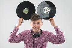DJ que se divierte con el disco de vinilo que muestra a Mickey Imagen de archivo