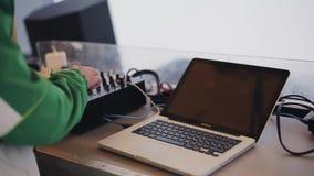 DJ que se mezcla adentro en partido en estación de esquí encamp holidays Laptop danza Música almacen de video