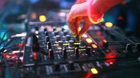 DJ que se mezcla en el club de noche almacen de metraje de vídeo