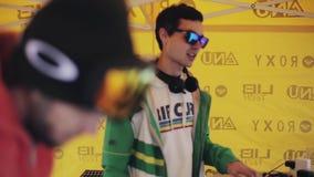 DJ que se mezcla en tienda amarilla en partido en estación de esquí Sonrisa holidays Laptop danza almacen de video