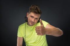 DJ que sostiene sus auriculares Imagen de archivo libre de regalías
