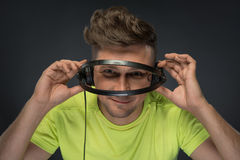 DJ que sostiene sus auriculares Fotos de archivo libres de regalías