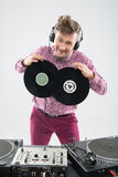 DJ que tem o divertimento com registro de vinil Fotografia de Stock Royalty Free