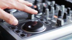 DJ que trabaja con la consola de mezcla sana almacen de video