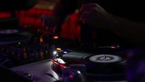 DJ que trabaja en las cubiertas almacen de video