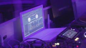DJ que trabalha atrás do console Equipamento audio do clube noturno Partido fresco Abrandamento filme