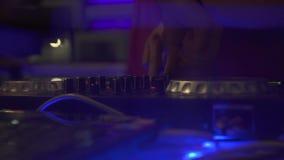 DJ ręki na rozsądnej konsoli dla mieszać muzykę taneczną i kolorowego światło w dyskoteka klubie DJ melanżeru gracz i muzyczna ko zbiory wideo