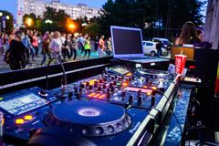 DJ remoto, partido de tarde de la calle fotografía de archivo