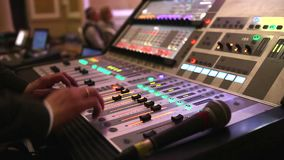 DJ ` s工作在夜总会,录音师在度假,声测设备,一团,特写镜头 股票录像