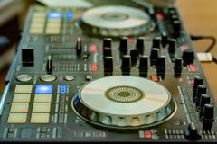 DJ ` s音频混合的控制台特写镜头  免版税库存照片