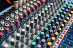DJ ` s音频混合的控制台特写镜头  免版税库存图片