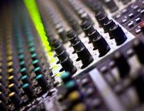 το DJ άφησε τον ήχο αναμικτών s Στοκ Φωτογραφίες