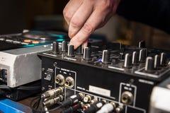 DJ-` s Hände bei der Arbeit stockfoto