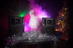 DJ Santa Claus bij Kerstmis met glazen en de sneeuw mengen zich op de gebeurtenis van de Nieuwjaar\ 's Vooravond in de stralen va royalty-vrije stock foto's