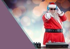 Dj santa som upp blandar några julsånger Arkivbild