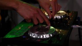 DJ schakelt de knopen op het materiaal stock video