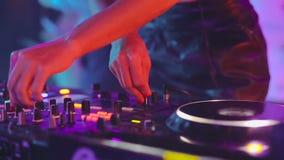 DJ-Schaltpult, Frauenhandmischen, spinnend in einen Nachtclub stock video