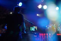 DJ se realiza en un club nocturno en un partido foto de archivo libre de regalías