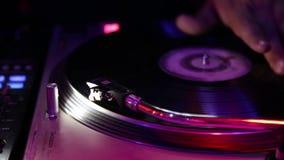 DJ setzt eine Nadel auf die Aufzeichnung Lizenzfreie Stockfotos