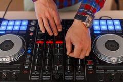 DJ sirve trabajos sobre la consola de mezcla Visión desde arriba imagen de archivo libre de regalías