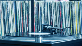 Dj-skivtallrik på vinylbakgrund Fotografering för Bildbyråer