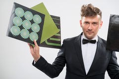 DJ in smoking die zijn vinylverslagen tonen die gereed staan Royalty-vrije Stock Foto