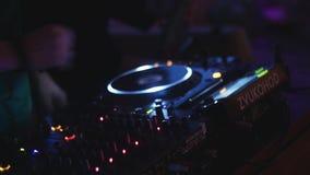 Dj-snurr på den tända skivtallriken på partiet i nattklubb utrustning disk musik arkivfilmer