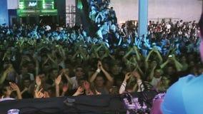 Dj-snurr på skivtallriken på partiet i nattklubb hörlurar utrustning Folkmassa av folkapplåden stock video