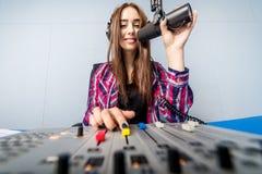 Dj som arbetar på radion Arkivfoton