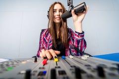 Dj som arbetar på radion Royaltyfria Bilder