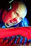 DJ som går wild få gå för folkmassa Arkivbilder
