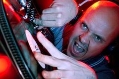 DJ som kör den wild folkmassan Royaltyfria Bilder