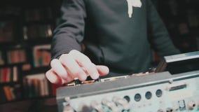 Dj som spelar musik på blandareslutet upp och blandningar spåret i nattklubben på partiet stock video