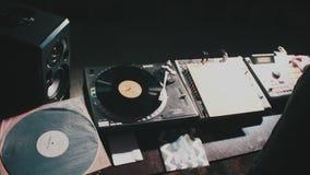 Dj som spelar musik på blandareslutet upp och blandningar spåret i nattklubben på partiet arkivfilmer