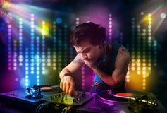 Dj som spelar sånger i ett disko med ljus show Royaltyfri Fotografi