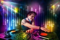 Dj som spelar sånger i ett disko med ljus show Arkivbilder