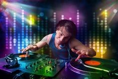 Dj som spelar sånger i ett disko med ljus show Arkivbild