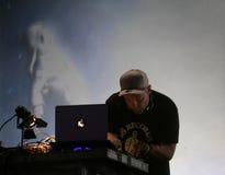 DJ sombrea la ejecución viva en el festival del sonar en Barcelona imagen de archivo