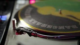DJ-Spieler, verdreht es Nadelplatten stock footage