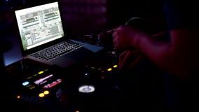DJ spielt Musik an einem Nachtklub, Partei, haben Leute Spaß und entspannen sich Tanz die ganze Nacht stock video footage