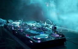 DJ stehen an einer Partei lizenzfreie stockfotos