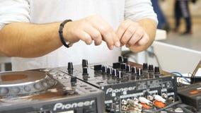 DJ stemt muziek correcte onderhoudende mensen bij partij stock video