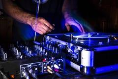 DJ-strobo Kratzersitzung im Nachtklub stockfotos