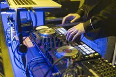 DJ sztuki i mieszanki muzyka na cyfrowym melanżeru kontrolerze Zakończenia DJ występu kontroler, cyfrowy Midi turntable system zdjęcia royalty free