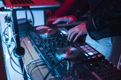 DJ sztuki i mieszanki muzyka na cyfrowym melanżeru kontrolerze Zakończenia DJ występu kontroler, cyfrowy Midi turntable system obrazy stock