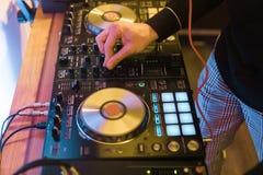 DJ sztuki i mieszanki muzyka na cyfrowym melanżeru kontrolerze Zakończenia DJ występu kontroler, cyfrowy Midi turntable system zdjęcia stock