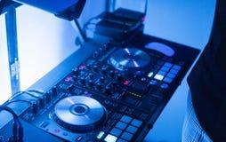 DJ sztuki i mieszanki muzyka na cyfrowym melanżeru kontrolerze Zakończenia DJ występu kontroler, cyfrowy Midi turntable system fotografia stock