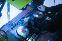 DJ sztuki i mieszanki muzyka na cyfrowym melanżeru kontrolerze Zakończenia DJ występu kontroler, cyfrowy Midi turntable system zdjęcie royalty free