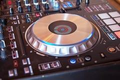 DJ trösten Ibiza-Haus-Musikpartei Schreibtisch des Diskjockeys der CD mp4 mischende im Nachtklub mit farbigen Discolichtern lizenzfreie stockbilder