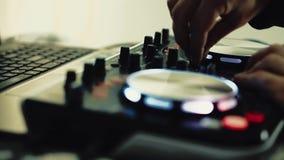 DJ trabaja en la consola de DJ almacen de video